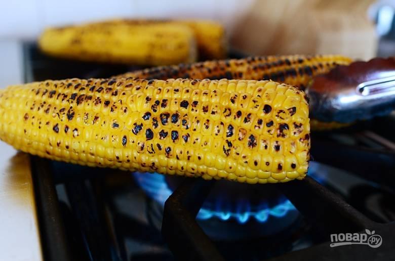 1. Поджарьте кукурузу на огне до румяности.