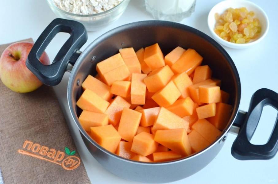 2. Положите ее в кастрюлю, налейте немного воды и варите до размягчения.
