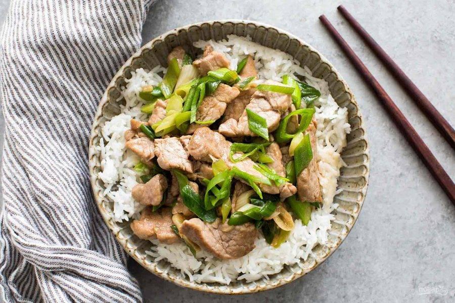 5.Подавайте мясо горячим с гарниром из отварного риса.