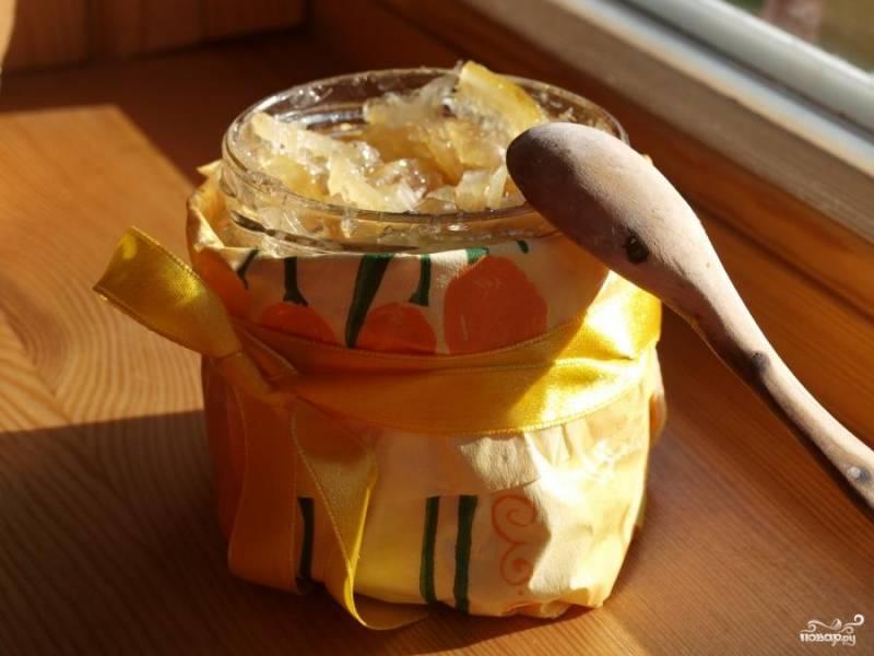 Вечером посуду с вареньем поставить на медленный огонь - прогреть, все время помешивая (чтоб сахар полностью растворился), но ни в коем случае не кипятить! Затем разлить по банкам, закупорить, остудить и отправить в холодильник - там варенье со временем загустеет.