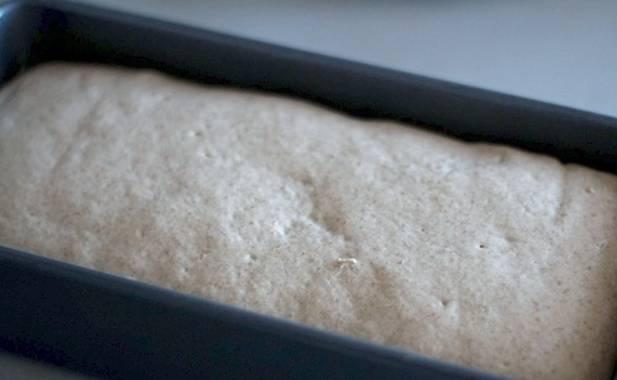 Тесто должно увеличится в два раза. Хлеб выпекается в духовке 50 минут при температуре 200 градусов.