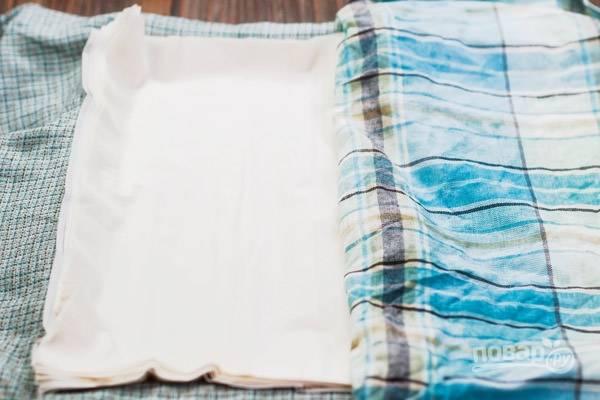 1.Выложите тесто на чистое полотенце, накройте другим полотенцем и оставьте на время приготовления начинки.