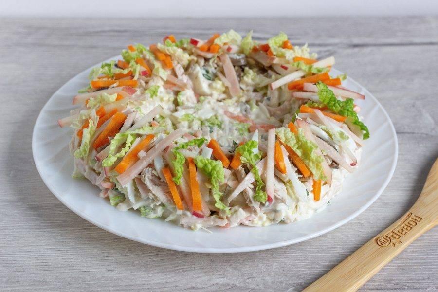 Выложите салат на блюдо в виде гнезда. Бортики немного выше середины. Украсьте бортики гнезда отложенными ингредиентами.