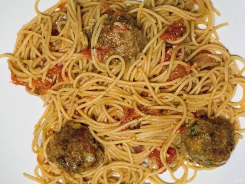 13.Подавайте горячие фрикадельки со спагетти.