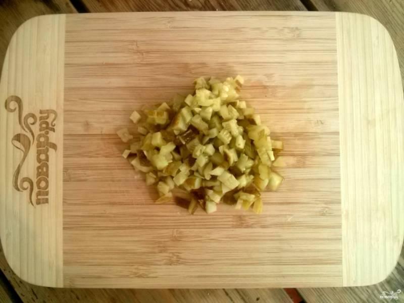 Соленые огурцы нарежьте мелкими кубиками  и добавьте в соус.