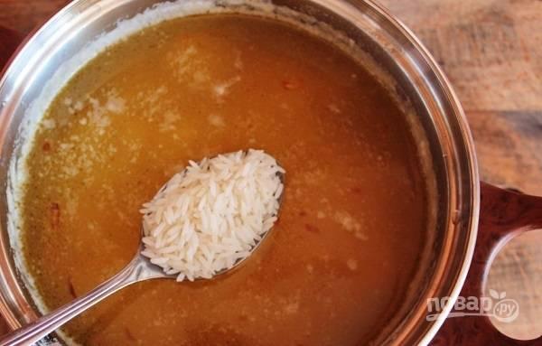 3. Добавьте рис, варите еще минут 10 на среднем огне. Поперчите по вкусу, выложите любимые специи.
