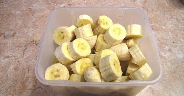 2. Нарезаем бананы и отправляем их в блендер. Используйте турборежим.