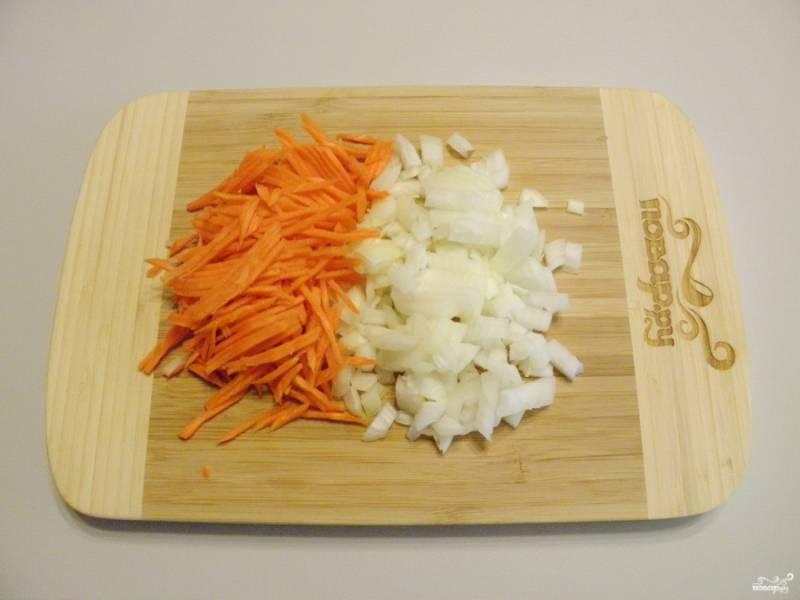 Порежьте мелко крупную луковицу, часть лука оставьте для фрикаделек, остальной в суп. Морковь натрите на крупной квадратной терке.
