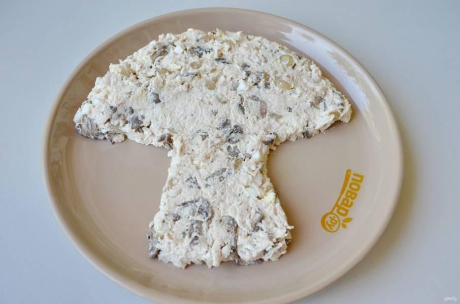 5. На большое блюдо выкладывайте салат ложкой в виде гриба.