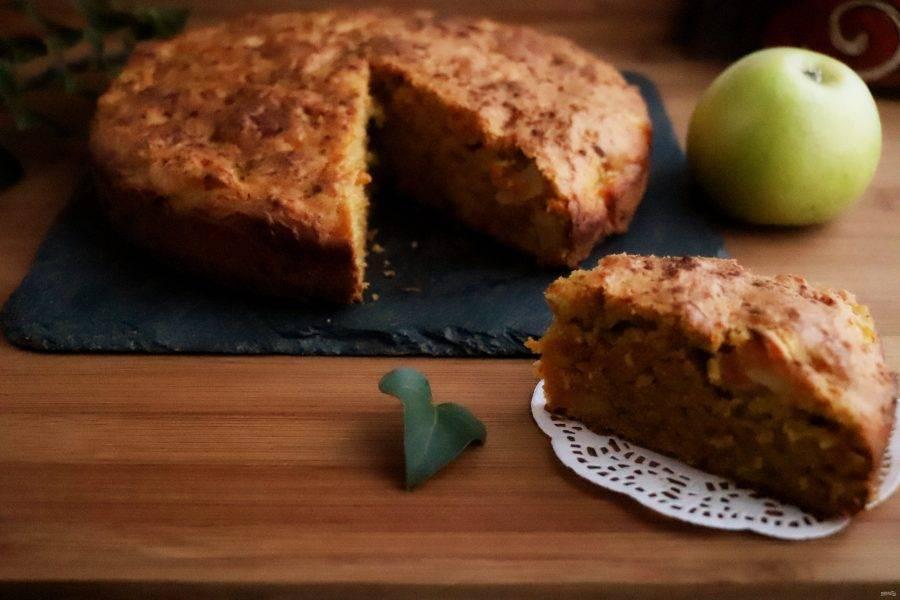 Выпекайте пирог в разогретой до 180 градусов духовке 30-35 минут или до сухой шпажки. Готовый пирог немного остудите, а затем выньте из формы. Верх пирога можно украсить сахарной пудрой.  Вкусный и ароматный морковный пирог с яблоками готов. Приятного аппетита!