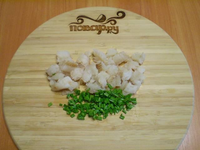 6. Порежьте мелко зелень и рыбку.