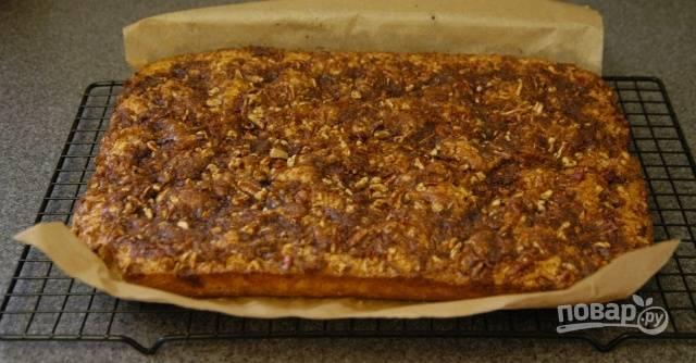 8. Распределите орехи по всей поверхности теста. Выпекайте торт при 170-180 градусов в течение получаса.