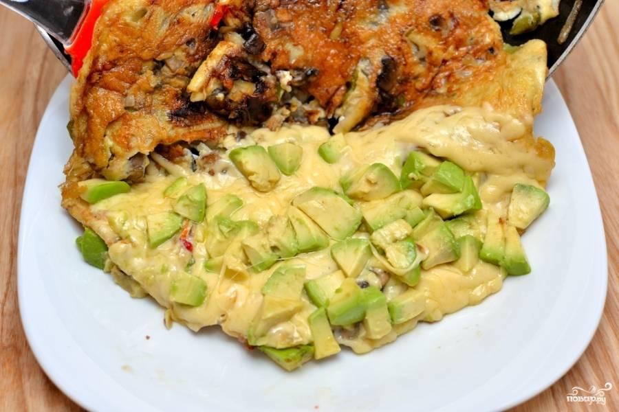"""Когда сыр расплавится, авокадо """"утонет"""" в нём, выкладывайте на тарелку. Омлет готов."""