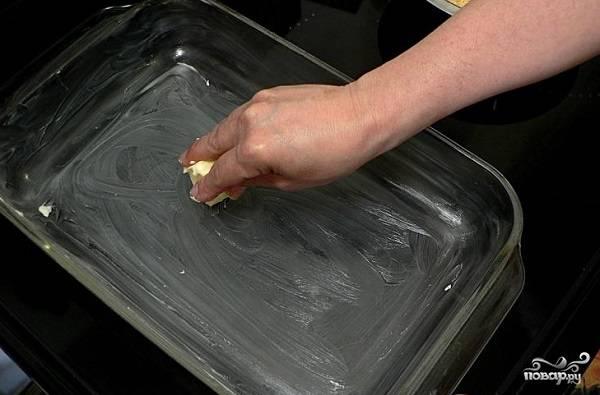 9. Жаропрочную форму смажьте маслом и при желании присыпьте мукой или манной крупой.