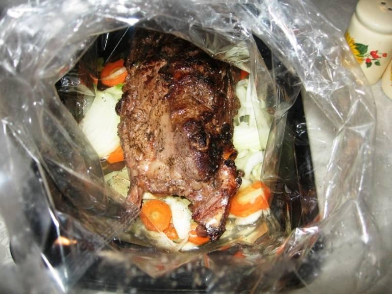 В рукав для запекания положите порезанные овощи, специи и мясо. Посолите, поперчите по вкусу. Влейте мясной бульон и завяжите рукав с одной стороны. Положите рукав на противень и поставьте его в духовку на 2 часа при температуре 175 градусов.