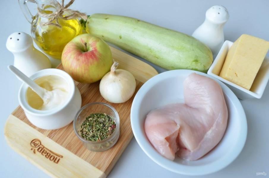 Итак, подготовьте продукты, приступим! Вымойте кабачок и яблоко, очистите лук.