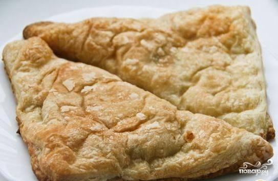 Запекайте пирожки на противне в духовке при 200 градусах в течение 30 минут. Приятного аппетита!