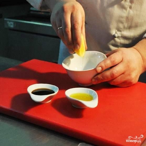 В небольшую мисочку выжимаем сок из лимона (должно получиться около 20мл сока, больше не надо).