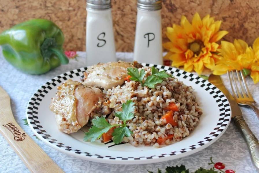 Куриные бедра с гречкой, запеченные в духовке готовы. Подавайте к столу в горячем виде.