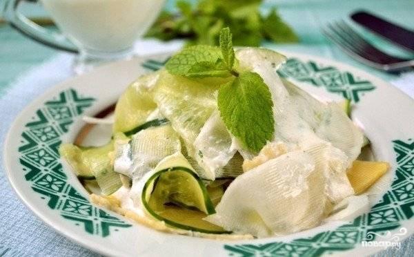 Разложите салат по порциям и полейте заправкой. Приятного аппетита!
