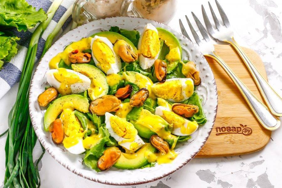 Добавьте майонез любой жирности или любой другой белый соус, посолите и поперчите блюдо. По желанию можете присыпать салат измельченным зеленым луком или выложить ломтики нарезанного красного лука. Подайте приготовленное блюдо к столу.