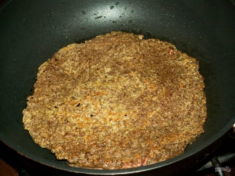 Разогрейте на сковороде растительное масло. Вылейте тонким слоем печеночный фарш, обжарьте его с двух сторон до готовности. Таким образом приготовьте всю печеночную массу.