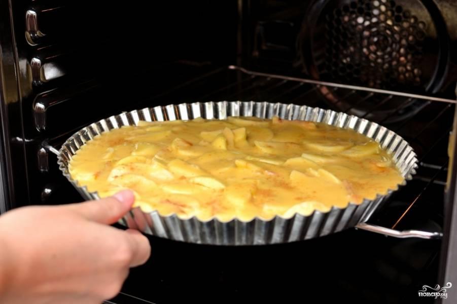 Залейте тестом яблоки. Выпекайте в разогретой на 180 градусов духовке 30 минут.Следите за тем, чтобы пирог покрылся золотистой корочкой, но не подгорел.