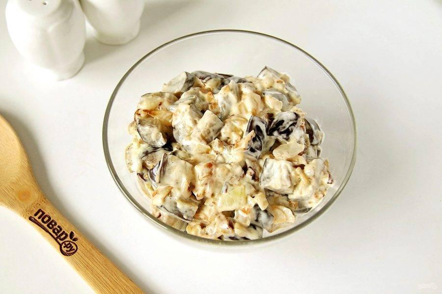 Соедините лук с чесноком с баклажанами. Добавьте майонез и перец по вкусу. Перемешайте.