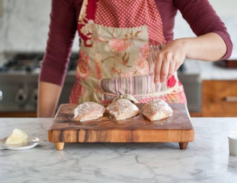 3.Вымойте куриное филе, затем просушите бумажными салфетками. Посыпьте филе солью и перцем (можете использовать любые специи).