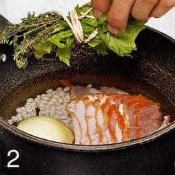 В кастрюлю с фасолью положить корейку, лук и букет гарни. Влить свежую воду, чуть приправить солью, прикрыть крышкой и варить 45 мин.