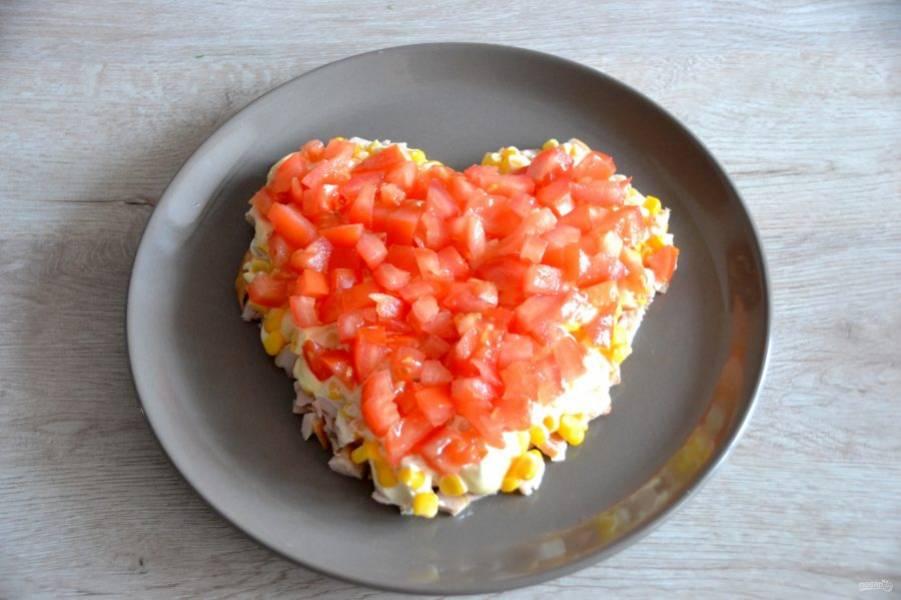 Нарежьте кубиком помидоры, старайтесь использовать плотную мякоть без сока и семян (лишняя влага в салате не нужна). На помидоры тоже нанесите майонез.
