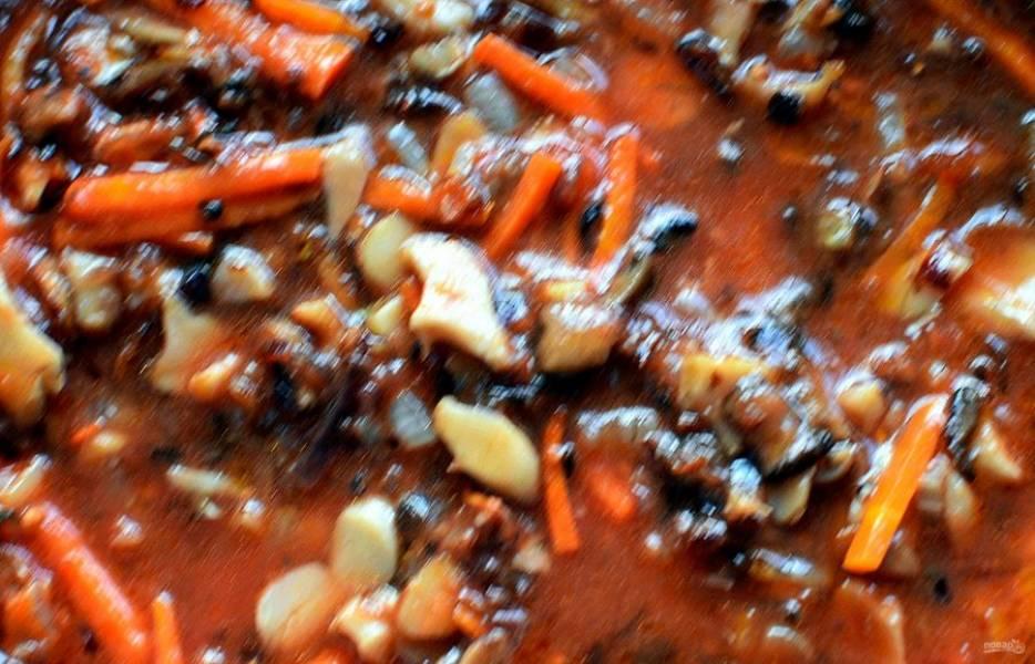 Влейте в сковороду процеженный рассол и протертые помидоры, доведите до кипения и тушите на медленном огне минут 10. Добавьте кабачок и малосольные огурцы, нарезанные кубиками и тушите еще 10 минут.