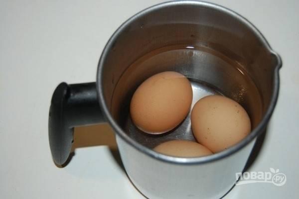 1.Вымойте яйца, положите в кастрюлю с холодной водой и варите в течение 7 минут после закипания.