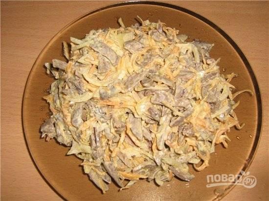 Салат из куриных сердечек с грибами и морковью