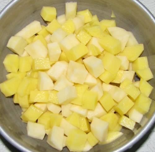 Картофель нарежем кубиками и тоже добавим к бульону.