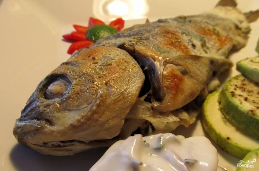 Подавайте рыбу с соусом, любым, на ваш вкус, и овощами. Желаю вам приятного аппетита.
