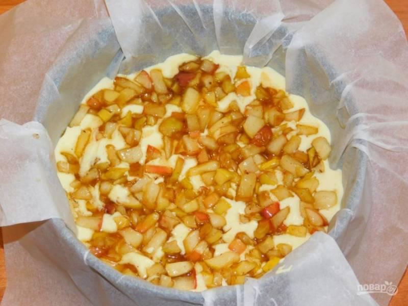 Сверху распределите яблочную начинку и с помощью ложки немного вдавите. Поставьте суфле в духовку, разогретую до 180 градусов на 30-40 минут.
