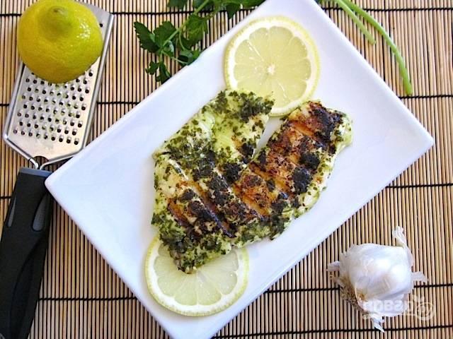6.Подавайте рыбку сразу же после приготовления, украсив зеленью и ломтиками лимона.