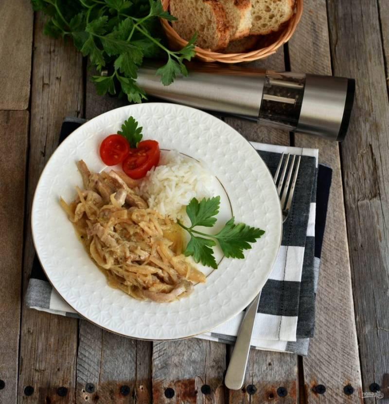 Подавайте мясо с рисом, украсив свежей зеленью и дополнив свежими овощами.