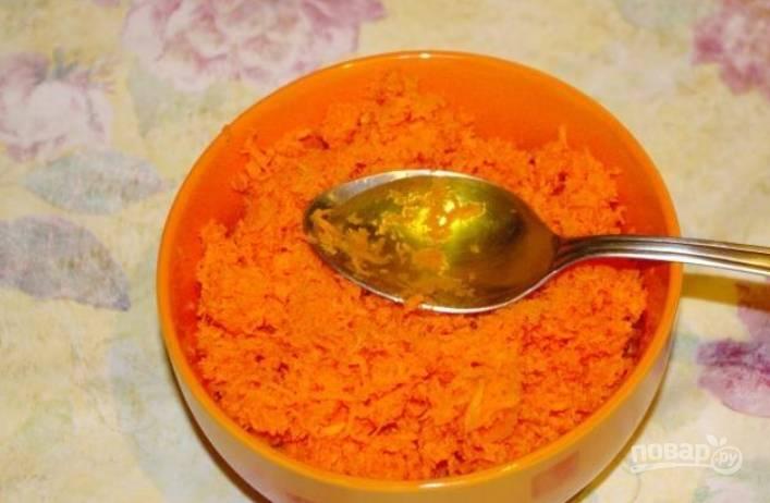 Натрите всю морковь на мелкой терке. Добавьте к ней оливковое масло, перемешайте.