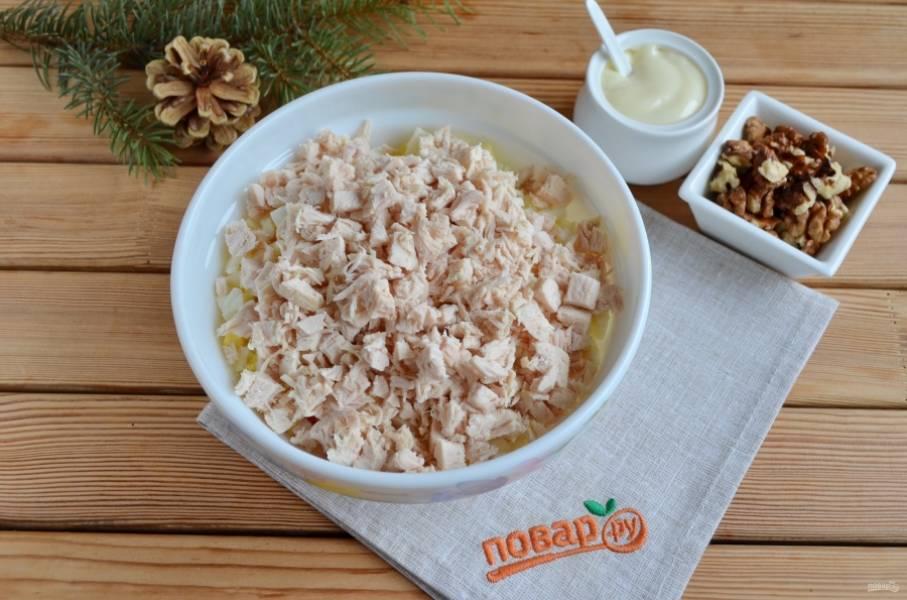 6. Курицу порежьте кубиками, добавьте её к остальным ингредиентам.