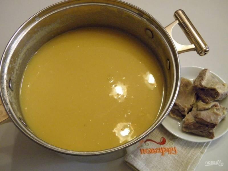4. С готового супа достаньте ребра, снимите их с косточек. Сам же суп пюрируйте с помощью погружного блендера до состояния пюре. Комочков быть не должно.