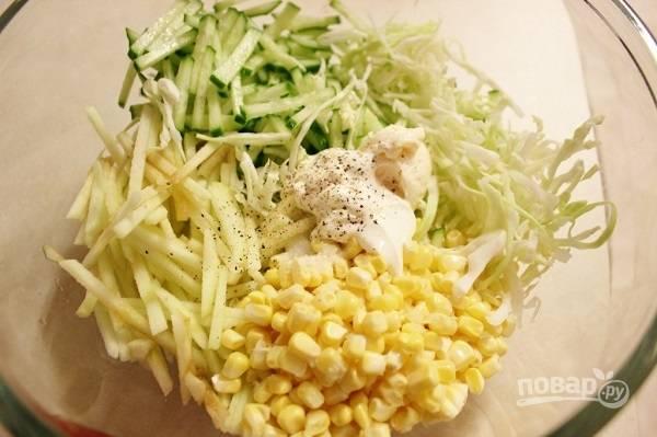 5. Все ингредиенты выложите в глубокий салатник. Добавьте немного сока лимона, сметану, щепотку перца и соли. Аккуратно все перемешайте и можно сразу подавать к столу.