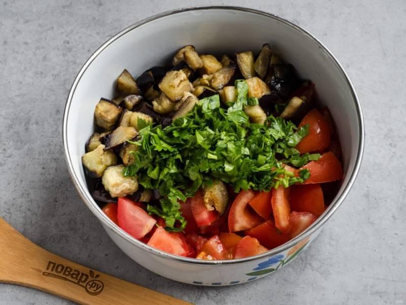 Помидоры нарежьте средними кусочками, добавьте баклажаны и рубленую зелень.