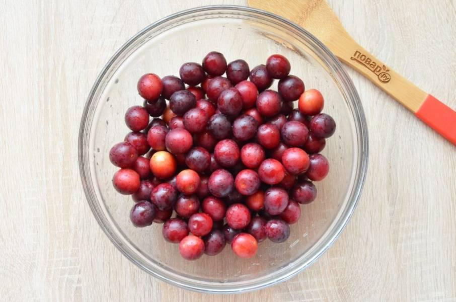 Плоды переберите, для консервации берите зрелые и здоровые, недозревшие лучше убрать, они сделают компот очень кислым. Промойте хорошо, откиньте на дуршлаг, пусть влага стекает.