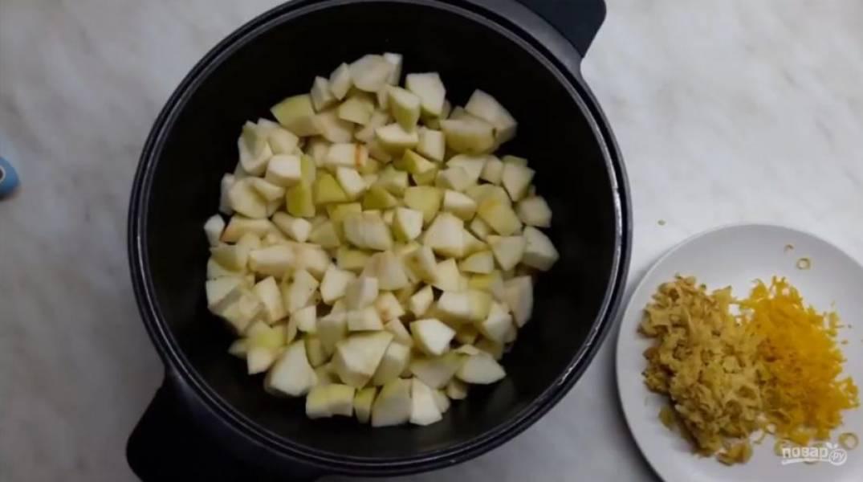 2. Переложите их в кастрюлю и сбрызните соком двух половинок лимона, пропущенным через сито. Хорошо перемешайте груши с лимонным соком. Добавьте имбирь и цедру лимона, снова перемешайте.