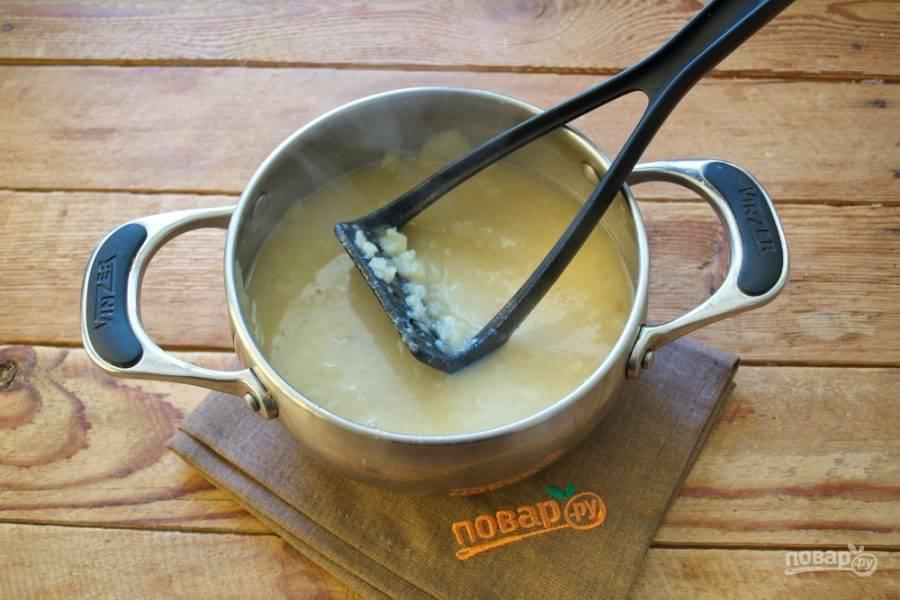 Когда картофель сварится, снимите его с огня и пюрируйте картофель в супе толкушкой.