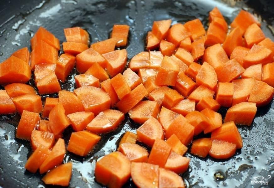 Морковку нарезаем примерно вот такими кусочками как на фотографии и обжариваем на оливковом масле.