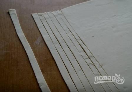 Вторую часть теста раскатаем побольше и нарежем немного полосочек для украшения пирога.