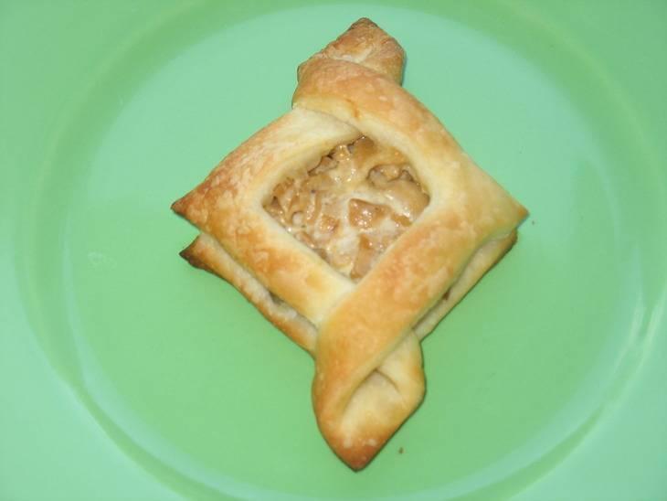 Смазываем пирожки яичным желтком и отправляем в духовку на 20 минут, температура 190 градусов.